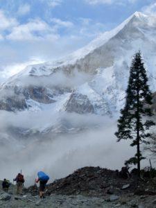 Am Fuße des 8167m hohen Dhaulagiri in Nepal.